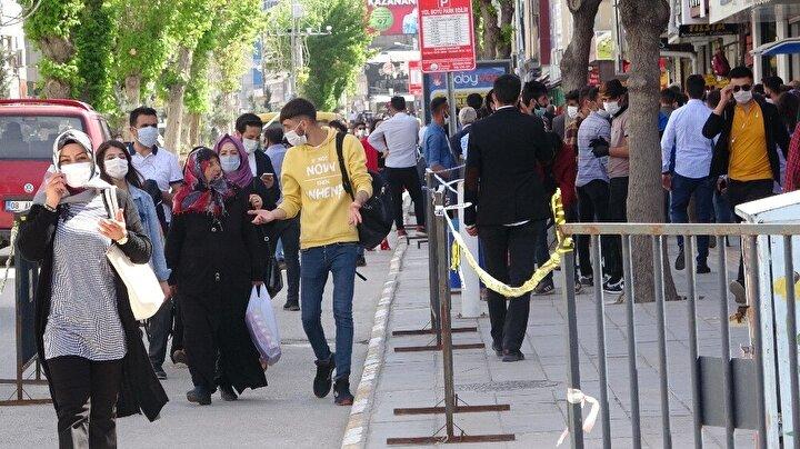 Bayramda 81 ilde sokağa çıkma kısıtlaması olacağının duyurulmasına rağmen vatandaşlar alışveriş yapmak için marketlere ve açık olan işletmelere akın etti. Kentin en işlek noktalarından biri olan Cumhuriyet Caddesindeki kalabalık ise adeta pes dedirtti.