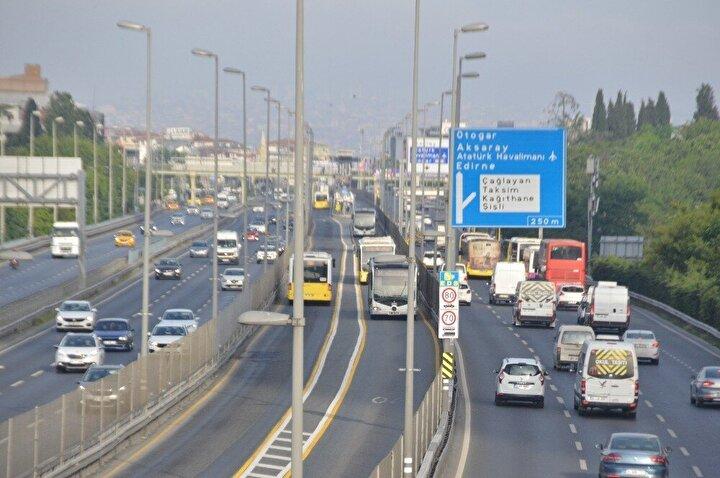 4 günlük sokağa çıkma kısıtlamasının ardından İstanbul'daki ana arterlerde beklenen araç ve vatandaş trafiği yoğunluğu oluştu.