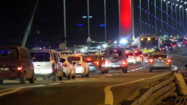 Yasağın da bitmesiyle birlikte İstanbullular dışarıya akın etti. 15 Temmuz Şehitler Köprüsünde oluşan trafik yoğunluğu havadan ve yerden görüntülendi.