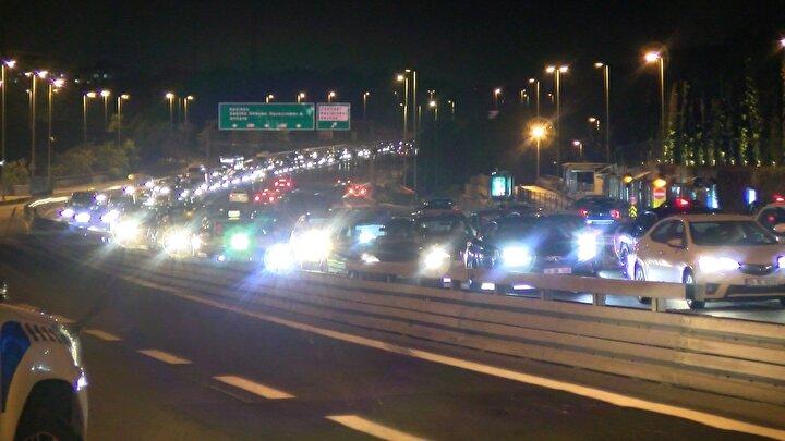 İstanbulda uygulanan sokağa çıkma yasağı gece yarısı itibariyle sona erdi. İstanbullular, dışarıya akın edince 15 Temmuz Şehitler Köprüsünde trafik yoğunluğu oluştu.