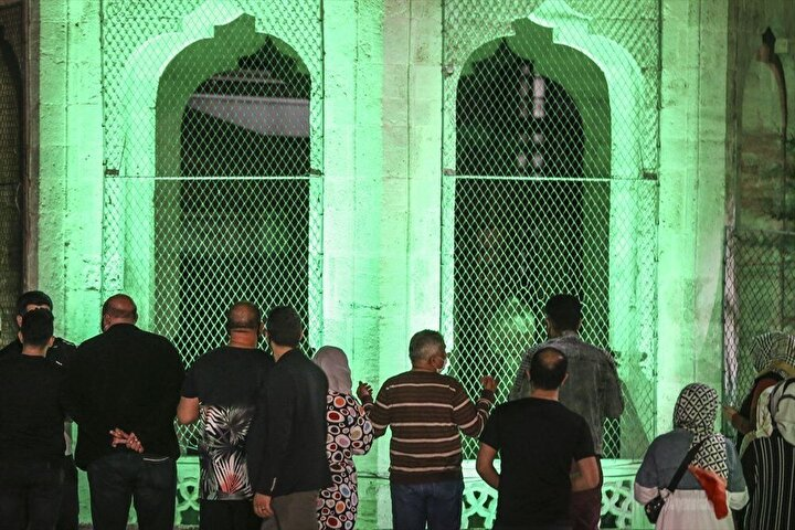 İstanbul Eyüp Sultan Camisi avlusunda da uygulamanın son bulmasıyla insan hareketliliği gözlendi.