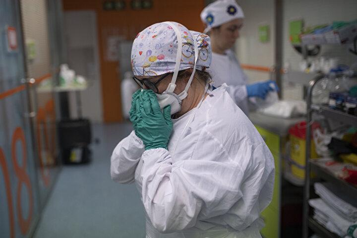 İspanyadaki koronavirüse karşı savaşan sağlık çalışanları