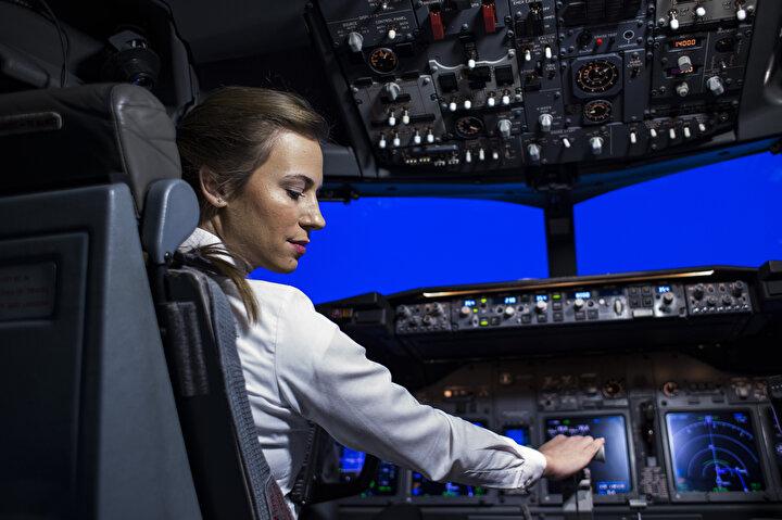 Sevimli, THYnin Boeing 737 tipi uçaklarında görev yapıyor. İzmir Bornova Anadolu Lisesi olduktan sonra 2008 yılında Anadolu Üniversitesi'nin Pilotaj bölümüne giren Selin Sevimli'nin Türk Hava Yolları ile yolları 2013 yılının Ocak ayında kesişti.