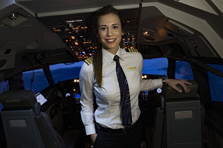 4 yıl Boeing 737 ve 3 yılda uzun menzilli Boeing 777 tipi uçaklarda ikinci pilot olarak uçan Sevimli zorlu sınavları geçerek Eylül 2019 yılında kaptan pilotluk koltuğuna oturdu. Toplam 5 bin uçuş saati olan THYnin en genç kaptan pilotu Selin Sevimli, 22 yaşından itibaren milli havayolu şirketinde uçuyor.