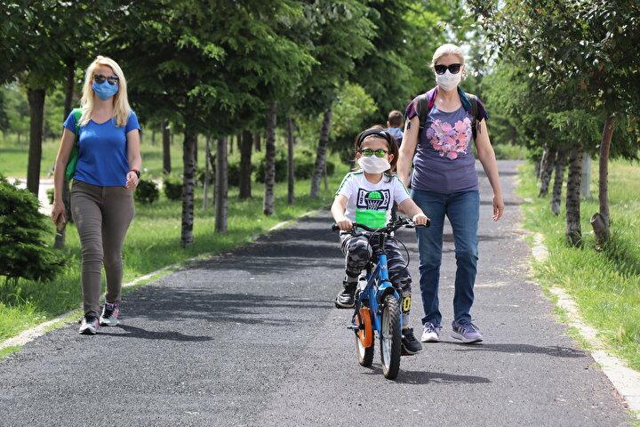 Saat 15.00a kadar süren izinde parklara koşan çocuklar doyasıya eğlendi.