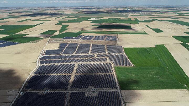 Konyanın Karapınar ilçesinde yapımı devam eden Enerji İhtisas Endüstri Bölgesine kurulacak güneş enerjisi santralleriyle (GES) hem bölgenin hem de Türkiyenin enerji ihtiyacının bir bölümü yenilenebilir enerjiden karşılanacak.