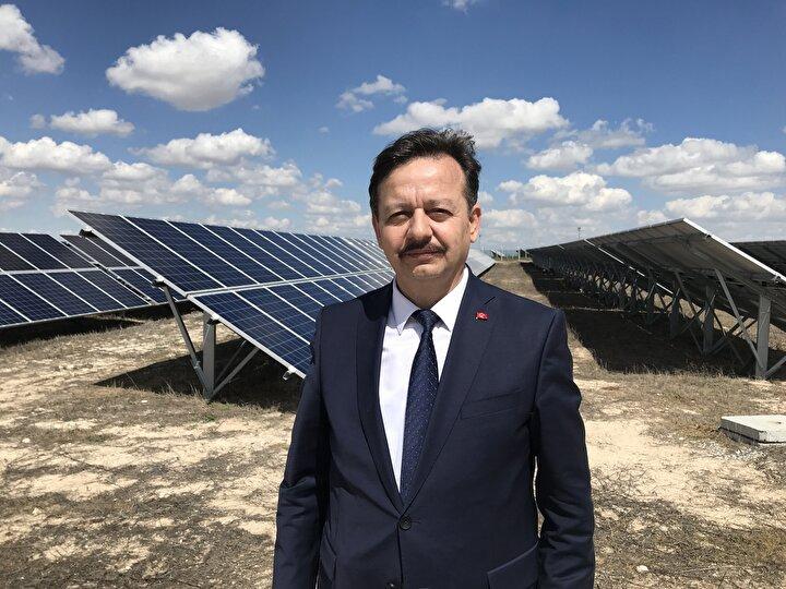 Güneşlenme süresi, yağış oranının az olması ve marjinal tarım arazisinin çok olması nedeniyle Konya, lisanslı ve lisanssız güneş enerjisi kurulu gücünde birinci sırada yer alıyor. Türkiyenin elektrik kurulu gücünün yüzde 7sini güneş enerjisi oluşturmaktadır. Konyanın ise elektrik kurulu gücünün yüzde 60ını güneş enerjisi oluşturuyor. Yani Türkiye ortalamasının çok üzerinde. Yine yapımına başlanan Konya Karapınar Enerji İhtisas Endüstri Bölgesi tamamlandıktan sonra Türkiyenin ilk güneş enerjisiyle alakalı ihtisas bölgesi olacak. Böylece hem Konya kendi tükettiği elektriğin tamamını yenilenebilir enerjiden karşılayacak hem de bölgenin ve Türkiyenin enerjideki ihtiyacının bir bölümü buradan karşılanacak. Bu da bizim enerjideki dışa bağımlılığımızı azaltmaya katkı sağlayacak.