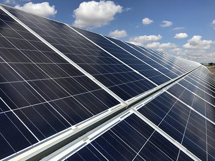 Yatırım ortamına müsait olmasından Konyayı tercih ettiklerini vurgulayan Çerşil, Yaklaşık 5 yıl önce 420 bin metrekare alanda kurduğumuz santralimiz 18,5 megavat ile Konyanın en büyük santrali konumundadır. Yaklaşık 8 bin hanenin elektriğini karşılayabilecek düzeyde bir yatırımı Konyanın ışınım değerlerinin çok iyi olması nedeniyle buraya yaptık. diye konuştu.