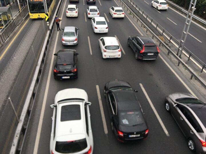 Trafik yoğunluğu özellikle Avrupadan Anadoluya geçişlerde 15 Temmuz Şehiter Köprüsü girişinde, D-100 Karayolu Cevizlibağ ile Küçükçekmece arasında, Basın Ekpres Yolunun TEM Otoyolu bağlantısında yoğun trafik yaşanıyor.