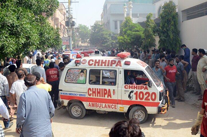 Karaçinin bağlı bulunduğu Sindh Eyalet Valisi İmran İsmail de yaptığı açıklamada uçağın yerleşim alanına düşmesi nedeniyle korkutucu boyutta ölü ve yaralı sayısıyla karşılaşmaktan endişe ettiğini belirtti.