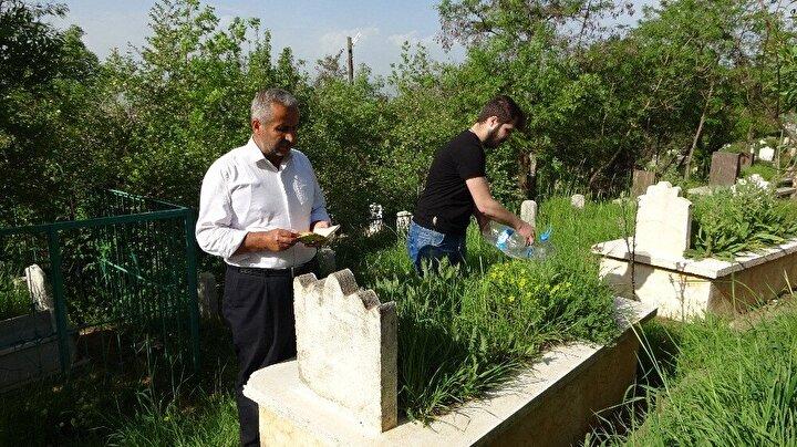 Merkez Taşo Mezarlığında ablasının kabrini ziyaret eden Hayrettin Sarıyıldız, Türkiyenin 81 ilindeki kısıtlamalardan dolayı bayramın iki gün öncesinde aile mezarlarını ziyaret ettiklerini söyledi.