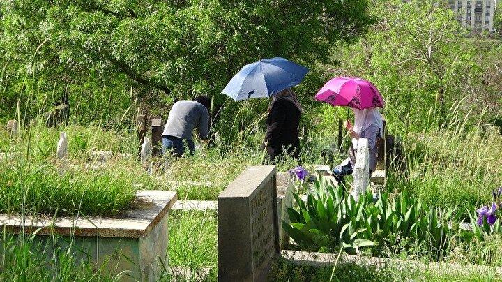 Cumhurbaşkanı Recep Tayyip Erdoğanın 23-26 Mayıs tarihleri arasında sokağa çıkma kısıtlamasını duyurmasının ardından bayramda sokağa çıkma izni bulunmayan vatandaşlar, mezarlıkları iki gün öncesinden ziyaret etti.