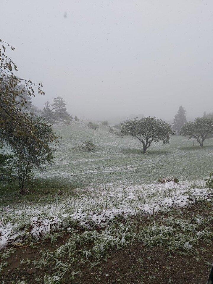Kastamonu'da il merkezine aralıklarla yağmur yağarken, şehrin yüksek kesimleriyle Ilgaz Dağı'na da kar yağmaya devam ediyor.