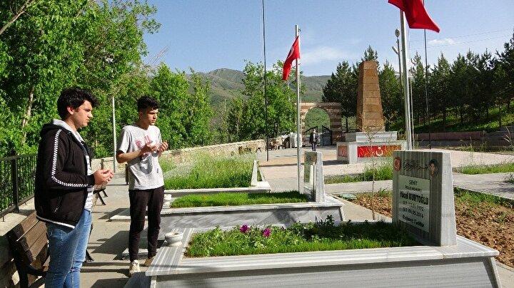 Vefat eden yakınlarının mezarlarını ziyaret eden vatandaşlar bir yandan dua edip bir yandan da çiçek ve ağaçları sulayarak şeker dağıttı.