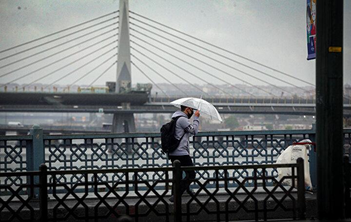 Zaman zaman şiddetli rüzgarın da eşlik ettiği yağmur hayatı olumsuz etkiledi.