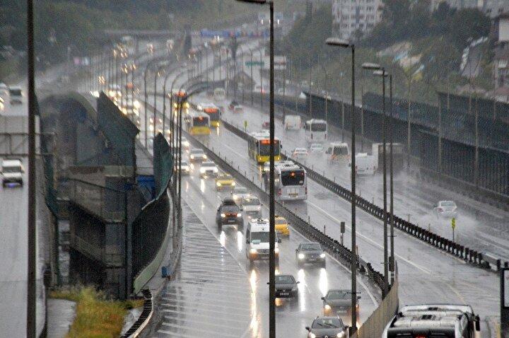 Günün ilk saatleriyle birlikte yağmur etkisini sürdürmesiyle devam ederken, İstanbul trafiğini olumsuz etkiledi.