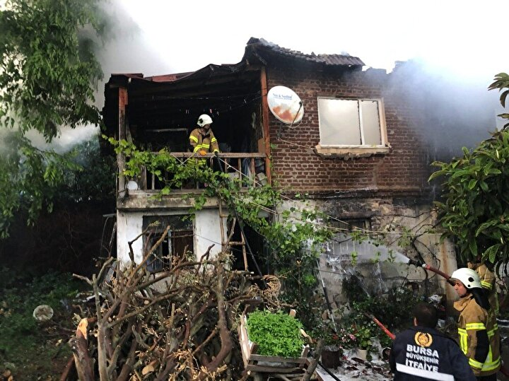 Yangın itfaiye ekiplerinin yaklaşık 1 saatlik uğraşı sonrasında kontrol altına alınırken, sağlık ekipleri ise ev sahiplerine müdahalede bulundu.