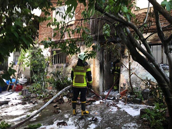 Olay yerine gelen itfaiye ekipleri yangına müdahale etti.