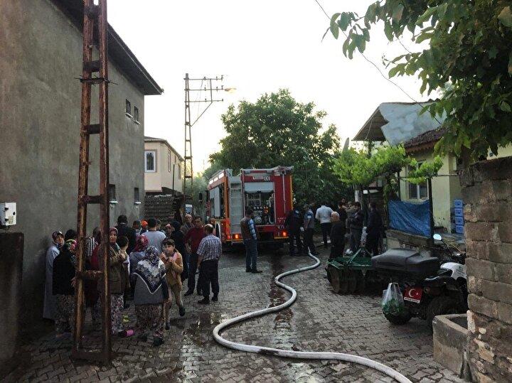 Yangında tüm ev küle dönerken, jandarma ve itfaiye ekipleri yangın ile ilgili soruşturma başlattı.