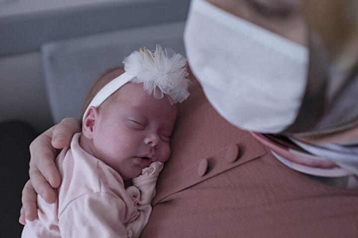 İstanbulda yaşayan Nilüfer ve Mehmet Gündüz çifti, iki oğlunun ardından kız çocuk hayalini gerçekleştirmek istedi. 34 yaşındaki Nilüfer Gündüz, hamile kaldı, kız bebek bekliyorlardı ama gebeliğinin 31. haftasında soğuk algınlığı belirtileriyle gebelik takibinin yapıldığı Kartal Lütfi Kırdar Eğitim Araştırma Hastanesine başvurdu. Kovid-19 şüphesiyle test yapıldı ve durumu iyi olduğu için takip edilmek üzere evinde gönderildi. İki gün içinde şiddetli baş ağrısı, halsizlik, yüksek ateş ile fenalaştı ve eşi Mehmet Gündüz (40), Nilüfer Gündüzü 28 Mart gecesi Sancaktepe Şehit Prof. Dr. İlhan Varank Eğitim ve Araştırma Hastanesi aciline götürdü. Burada tansiyonunun çok yüksek olduğu saptanan genç kadın, gebelik zehirlenmesi nedeniyle hayati risk taşıdığı için, birkaç saat içinde apar topar sezaryen ameliyatına alındı. Nilüfer Gündüzün ailesi ve çocukları için verdiği 28 günlük yaşam mücadelesi bu ameliyatla başladı.