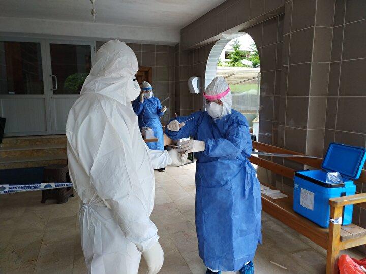 KOVID-19 TESTİ YAPILIYOR  Koronavirüs tedbirleri kapsamında alınan seyahat kısıtlaması engeli kaldırılarak Rizeye gelen çay üreticileri evlerinde karantina süreçlerini geçiriyor.