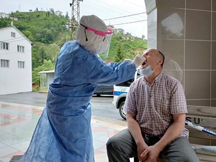 """ÜRETİCİLER UYGULAMADAN MEMNUN  Test yaptıran çay üreticisi Mehmet Naci Yılmaz """"Uygulamayı çok iyi buldum. Ben geleli 8 gün oldu. Hasta olsaydım belli ederdi kendini dedi. Turgay Mercan da """"20 Mayısta geldim. Uygulamayı çok iyi buluyorum. Fakat bunu buraya gelmeden İstanbulda yapsalardı daha iyi olurdu. Kimse hasta olup olmadığını bilmiyor. Bu uygulama İstanbulda yapılsaydı daha güzel olurdu. Ben zaten 2 aydır evden dışarı çıkmıyordum diye konuştu. Hikmet Kanbur ise """"Bunlar güzel şeyler. Milletin sağlığı sıhhati için bu uygulamalar çok güzel ifadelerini kullandı."""