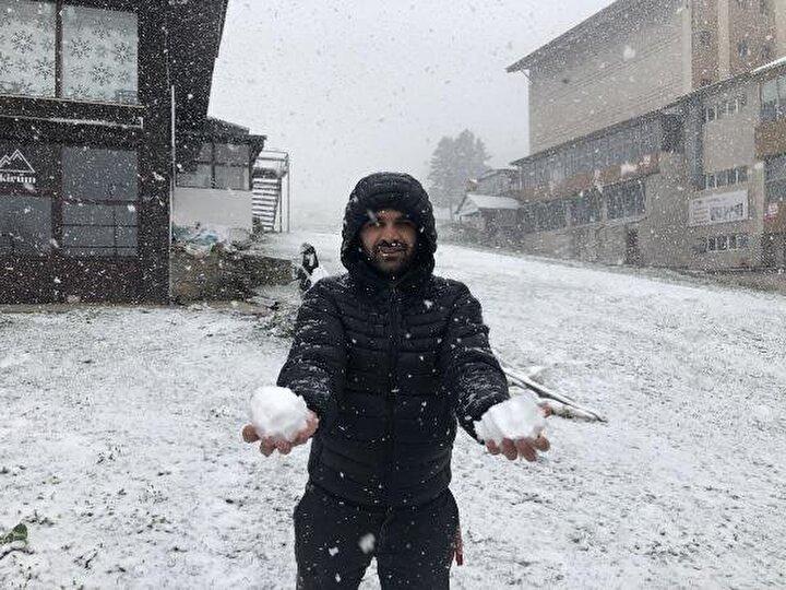 Sokağa çıkma kısıtlamasından muaf olan kişilerin, dışarıya kışlık kıyafetleriyle çıktıkları görüldü.