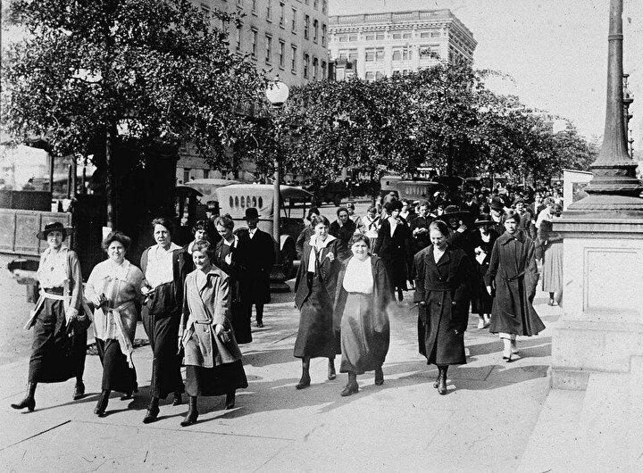 Dünya Savaşı sırasında Savaş Bakanlığında göre yapan kadınlar gribe karşı her gün sabah ve akşam 15er dakikalık yürüyüşlere çıkarılıyordu.