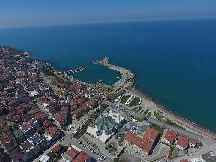 İstanbul ve Ankara gibi iki metropol kentin arasında olan, ulaşım kolaylığı nedeniyle günübirlik tatilcilerin yoğun olarak tercih ettiği Batı Karadenizin İncisi olarak adlandırılan Akçakocada 38 kilometrelik sahil şeridi sessizliğe büründü.