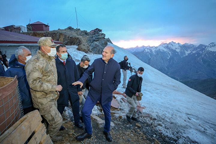 Buradan İkiyaka Dağlarındaki Göllerbaşı Üs Bölgesine geçen Soylu ve beraberindekiler, üs bölgesindeki askerleri ziyaret ederek onlarla sohbet etti.
