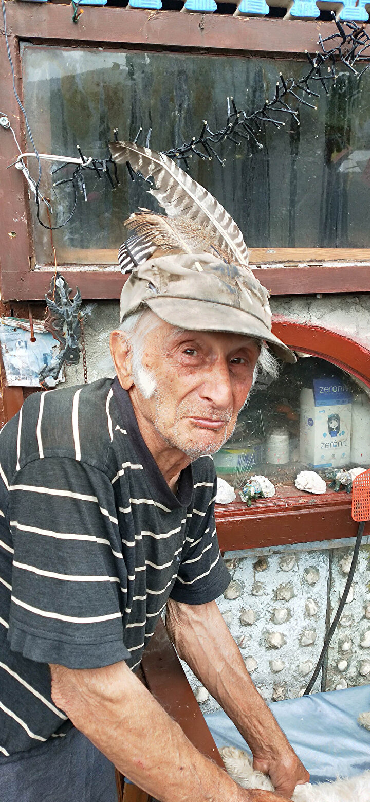 Hayvan sevgisiyle örnek olan Özdemir, 56 yıldır hem hayvanlarına hem de bahçesindeki ağaç ve bitkilere gözü gibi bakıyor.