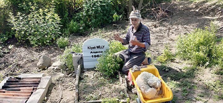 Hayvan sevgisiyle örnek olan Özdemir, 1965 yılında kaybettiği ilk köpeği Willy için de arazisine mermer mezar yaptırdı.