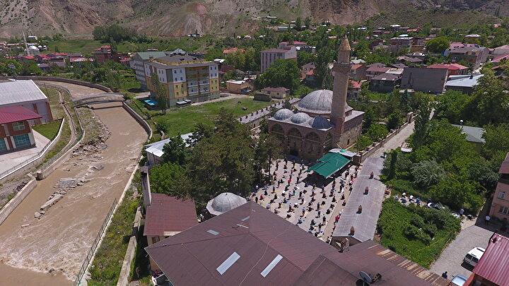Erzurumun Oltu ilçesinde 390 yıllık tarihi Aslanpaşa Camisinde cuma namazı kılındı. Yeni tip koronavirüsle (Kovid-19) mücadele önlemleri nedeniyle yaklaşık 2,5 aydır cuma namazlarının cemaatle kılınmadığı camide çok sayıda vatandaş saf tuttu.