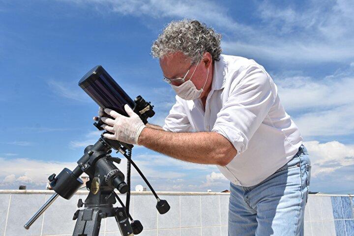 TAHMİN EDİLMESİ MÜMKÜN DEĞİL  Öte yandan buna benzer meteorların yeryüzüne düşüp düşmeyeceğinin tahmin edilemeyeceğini belirten Pinto, Önceden bir meteorun tahmin edilmesi mümkün değildir. Dünyanın milyonlarca kilometre uzağında olduğu için kesinlikle tahmin edilebilir değil. Videoları gördüğümde hızı, ışığı, açı ve rengi bakımından roket ve meteora benzediğini gördüm ve bu özellikleri dolayısıyla kesinlikle uzaydan gelen bir parça olduğunu söyleyebilirim dedi