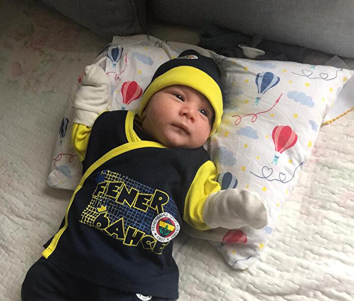 Nefes darlığı da eşlik edince yatırıldı ve bebeğin kalp atışları zayıflayınca üç gün sonra sezaryene alındı. 2.5 kilo ağırlığında dünyaya getirdiği oğlunu sadece uzaktan, o da birkaç saniyeliğine görebildi.