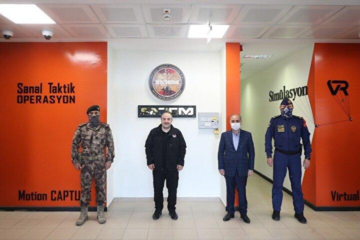 Yeni açılan bu merkezde özel harekat polisleri, uçak kaçırmadan metro ve rafineri baskınlarına kadar birçok farklı senaryodaki eğitim programlarına katılıyor.