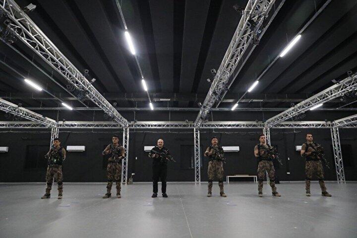 Sanal Taktik Operasyon Merkezinde başlatılan çalışmalar hakkında bilgi alan Bakan Varank, senaryo gereği teröristlerin kullandığı bir hücre evine operasyon düzenledi. Hürce evi simülasyonlu sanal operasyon öncesinde polislerden eğitim alan Varank, özel harekatçılarla birlikte bina içerisinde çatışmaya girerek, buradaki terörist unsurları sanal silahlar kullanarak etkisiz hale getirdi.