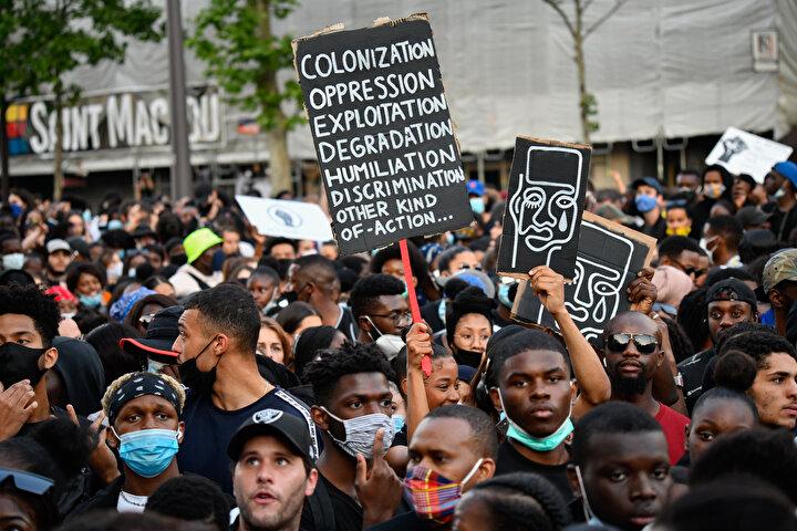 Paris Valiliğinin gösteri yasağına rağmen Adama İçin Adalet Kolektifi çağrısıyla Adalet Sarayında toplanan eylemciler, polis şiddetini protesto etti.