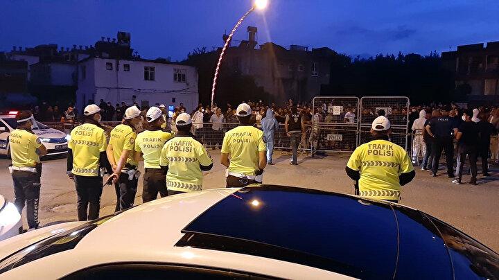 Polis barikatlarının kurulduğu noktaya gelen vatandaşlar, karantinanın kaldırılmasını istedi.