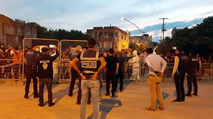 Polis bariyerleriyle çevrilen karantina sınırında toplanan vatandaşları, İlçe Emniyet Müdürü Ömer Zafer Karaaslan ikna etmeye çalıştı.