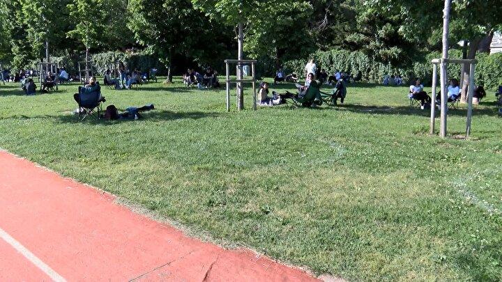 Caddebostana gelen vatandaşlar ise çemberler silinince sosyal mesafelerini kendileri belirledi. Vatandaşlar gruplar arasındaki mesafeye dikkat ederek oturuyor.