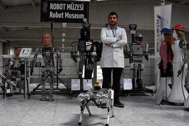 Demir, şunları söyledi:Burada birçok çalışmamız var. Bunlardan bir tanesi ARAT robotumuz. ARAT robotumuz bizim üçüncü prototipimiz. Daha önce prototiplerini yaptık. Arat 28 kilogram ağırlığında, 12 ekleme sahip, 63 sensörü bulunan bir robotumuz. Bu robot, eklem ve sensörleri sayesinde etrafını algılayıp, birçok hayvansal hareketi gerçekleştirebilmekte ve arazi şartlarında çok rahat hareket edebilmekte...