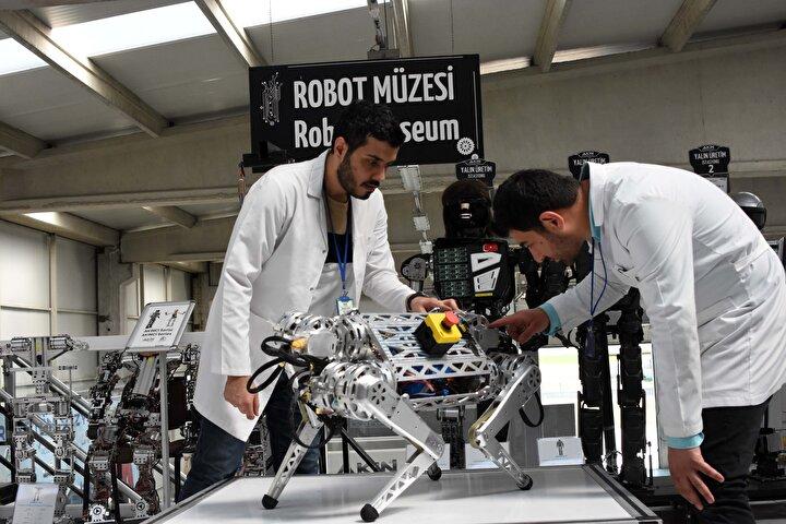 Daha önceki robotlarımızda kullandığımız motorlardan bunda daha hızlı motorlar kullandık. Bunda farklı olarak ters kinematik hesaplamayı kullanarak hayvansı hareketleri olduğu gibi kopyalayabiliyoruz. Bu gerçek zamanlı olarak robotumuzun üzerinde çalışıyor. Ortamda ilerlerken bulunan bir engel, bir kaya, bu engeli algıladığımız zaman o sisteme göre, ortama göre hareketlerini kendi üzerinde bulunan yapay zekası sayesinde anında düzenliyor ve engeli aşıyor...