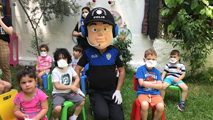 Adana Emniyet Müdürlüğü Toplum Destekli Polislik Şube Müdürlüğü ekipleri de çocukların yeni normale alışmaları için harekete geçti