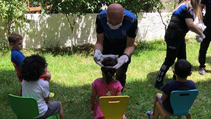 Polisler, şehirdeki bütün kreşleri gezerek hem çocukları eğlendirip hem de onları korona virüse karşı nasıl tedbir alacağı konusunda bilgilendirdi.