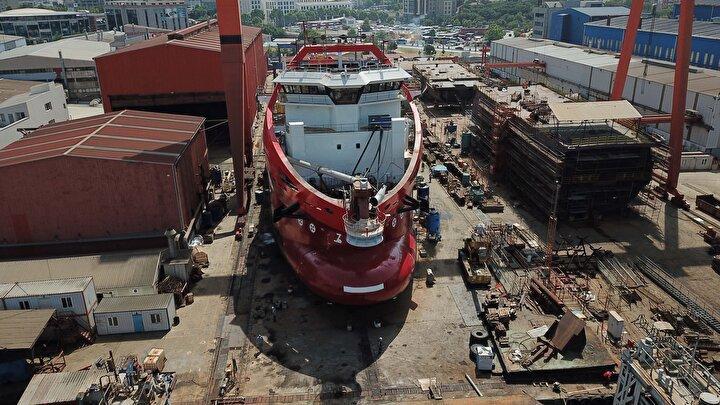 Tersanedeki gemilerin Temmuz ayında yola çıkması planlanırken, maske üretimi için gemilerdeki hazırlık çalışmaları sürüyor. Akkuş, gemilerin üretim planı ve güzergahı için, Tuzlada üç büyük tersane bu projeye çalışıyor. Üç gemi yapıyoruz. Her geminin içine 50 maske makinesi koyuyoruz. Kumaş olarak aldığımız yükü yolda üreterek Amerikaya doğru yola çıkıyoruz. 28 günde Amerikaya varıyoruz. Her gemimiz yolda ortalama 500 bin adet maske üretecek. İlk gemimiz New Yorka, ikinci gemimiz Kaliforniya, üçüncü gemimiz Floridaya gidip orada maskeleri ihtiyaç sahiplerine, tedarikçilere ulaştıracak. Ulaştırdıktan sonra biz bir gemimizi New Yorkta demirletmek istiyoruz. Amerikanın ihtiyacını karşılamak için orada üreteceğiz. Diğer gemilerimizi Londra ve Şiliye gönderip demirletmek istiyoruz. Projenin ikinci ayağı olarak ise üç gemi daha yapmayı hedefliyoruz ifadelerini kullandı.