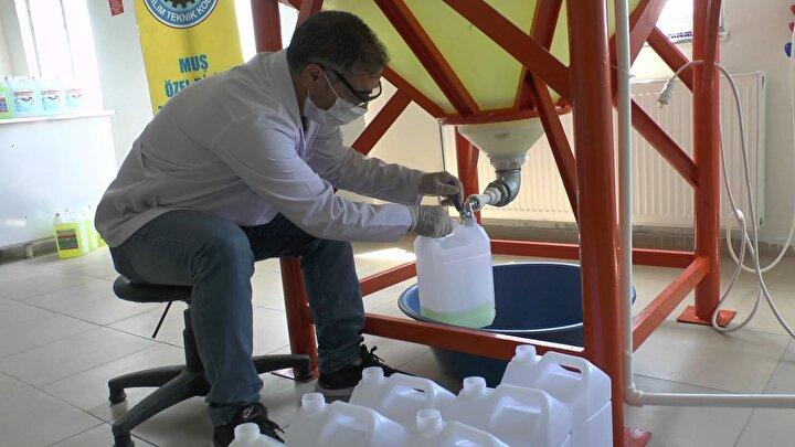Kimya öğretmenleri dezenfektan, kolonya ve sıvı sabun üretimine başladı