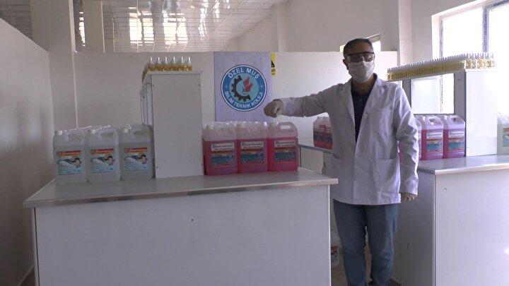 Muş Organize Sanayi Bölgesinde bulunan Bilim Mesleki ve Teknik Anadolu Liseli Okulu Müdürü Özcan Yurttaş, pandemi döneminin başlaması ve devam etmesi ile okul yönetimi olarak alınan bir kararla merkez, ilçe ve köylerdeki okullara dağıtılmak üzere kimya öğretmenleri ile beraber günde 3 tona yakın dezenfektan, sıvı sabun ve kolonya üretmeye başladıklarını belirtti.