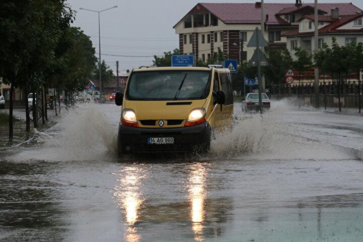 Kent merkezinde aniden bastıran yağmur kısa sürede su birikintilerine yol açtı, sürücü ve yayalar zor anlar yaşadı. Belediye, itfaiye ile AFAD ekipleri su baskınlarıyla ilgili yapılan ihbarları değerlendirerek müdahale etti.