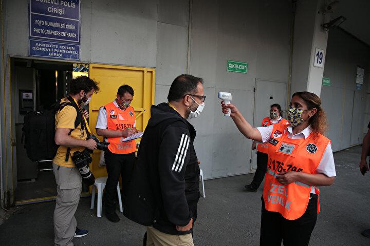 Karşılaşma öncelerinde geniş tedbirler alındı. Statta görev yapacak basın mensupları, sağlık ekipleri, polisler ve itfaiye görevlilerinin tek tek ateş ölçümü gerçekleştirildi. Ateşi 38 derece ve üzeri olanlar stada alınmadı. Maçta görev yapan basın mensupları ve protokol tribününde maçı izleyen yöneticiler de sosyal mesafe kuralına uygun şekilde oturdu. Ayrıca stadyumda asansör kullanılmasına müsade edilmedi ve herkes maske takarak stada giriş yaptı.
